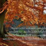 Herbstlicher Baum im Berliner Grunewald mit dem Chinesischen Sprichwort: Wenn Güte von uns ausgeht, werden wir auch Güte erfahren. Wenn Schlechtigkeit von uns ausgeht, werden wir auch Schlechtigkeit erfahren. Chinesisches Sprichwort