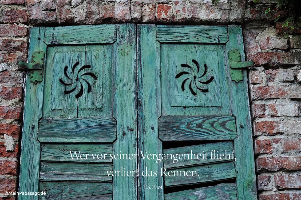 verfallenes Haus in Brandenburg mit dem Eliot Zitat: Wer vor seiner Vergangenheit flieht, verliert das Rennen. T.S. Eliot
