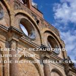 Fassade des alten Anhalter Bahnhofs in Berlin mit dem Dumas Zitat: Das Leben ist bezaubernd, man muss es nurdurch die richtige Brille sehen. Alexandre Dumas