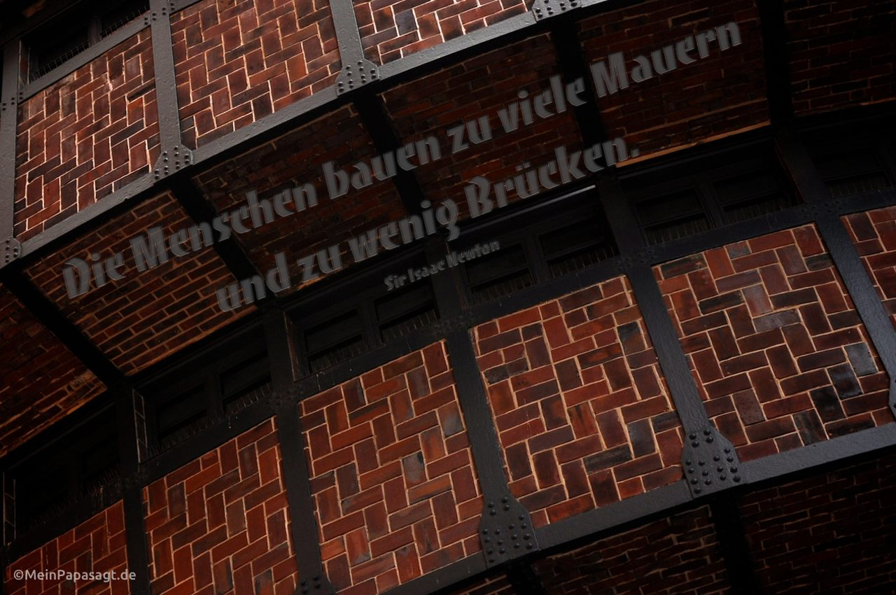 Fassade des alten E-Werks in Berlin mit dem Newton Zitat: Die Menschen bauen zu viele Mauern und zu wenig Brücken. Sir Isaac Newton