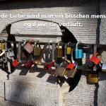 Liebesschlösser an der Carl Zuckmayer Brücke in Berlin mit dem Pasternak Zitat: Durch jede Liebe wird man ein bisschen menschlicher, egal wie sie verläuft. Boris Pasternak