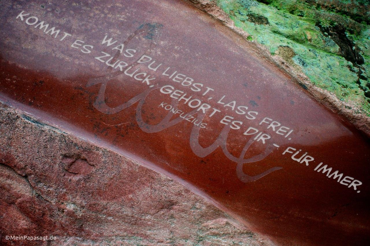 """Schriftzug """"Love"""" auf einem Stein, plus Grafik mit einem Konfuzius Zitat"""