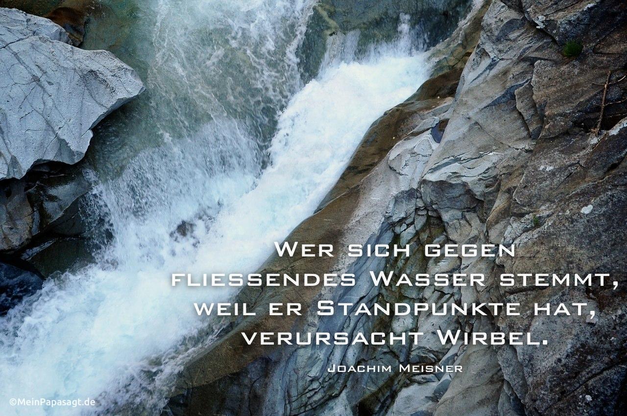 Wasserfall in einer Schlucht in Österreich mit dem Meisner Zitat: Wer sich gegen fließendes Wasser stemmt, weil er Standpunkte hat, verursacht Wirbel. Joachim Meisner