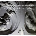 Ornament an einem alten Kachelofen mit dem Konfuzius Zitat: Es ist besser, ein einziges kleines Licht anzuzünden, als die Dunkelheit zu verfluchen. Konfuzius