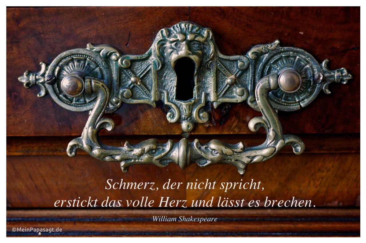 Griff an einem alten Vertiko mit dem Shakespeare Zitat: Schmerz, der nicht spricht, erstickt das volle Herz und lässt es brechen. William Shakespeare