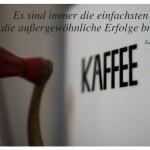 Alte Kaffeemühle mit dem Tolstoi Zitat: Es sind immer die einfachsten Ideen, die außergewöhnliche Erfolge bringen. Leo N. Tolstoi