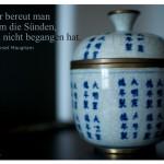 Chinesisches Porzellan Gefäß mit dem Zitat: Im Alter bereut man vor allem die Sünden, die man nicht begangen hat. William Somerset Maugham