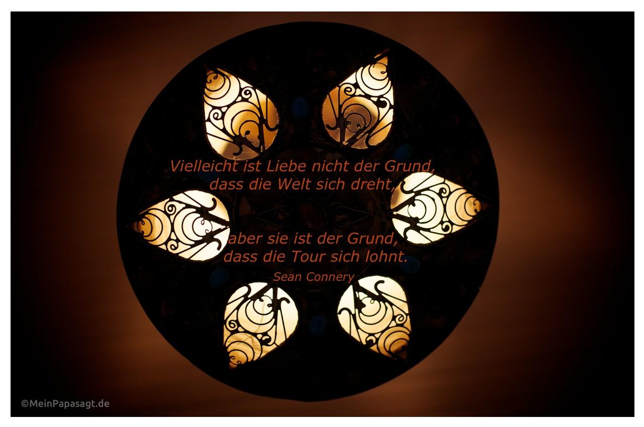 Orientalische Lampe mit dem Zitat: Vielleicht ist Liebe nicht der Grund, dass die Welt sich dreht, aber sie ist der Grund, dass die Tour sich lohnt. Sean Connery
