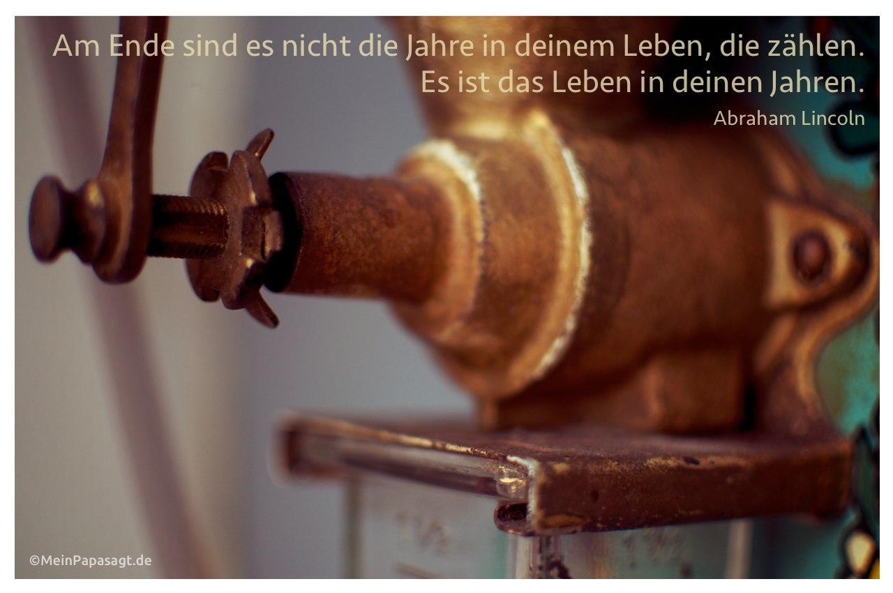 Alte Kaffeemühle mit dem Zitat: Am Ende sind es nicht die Jahre in deinem Leben, die zählen. Es ist das Leben in deinen Jahren. Abraham Lincoln