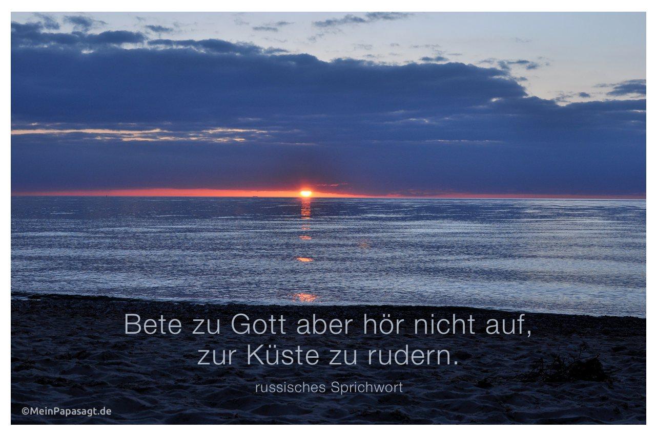 Sonnenuntergang an der Ostsee mit dem Zitat: Bete zu Gott aber hör nicht auf, zur Küste zu rudern. russisches Sprichwort