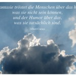 Wolken mit dem Zitat: Die Phantasie tröstet die Menschen über das hinweg, was sie nicht sein können, und der Humor über das, was sie tatsächlich sind. Albert Camus