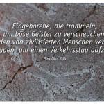 Struktur im Stein mit dem Zitat: Eingeborene, die trommeln, um böse Geister zu verscheuchen, werden von zivilisierten Menschen verlacht, die hupen, um einen Verkehrsstau aufzulösen. Mary Ellen Kelly