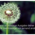 Pusteblume (Löwenzahn) mit dem Zitat: Sei eine erstklassige Ausgabe deiner selbst, keine zweitklassige von jemand anderem. Judy Garland