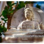 Buddha-Statue mit dem Zitat: Jeder von uns ist ein Gott. Jeder von uns ist allwissend. Wir müssen lediglich unser Bewusstsein öffnen, um unserer eigenen Weisheit zu lauschen. Buddha