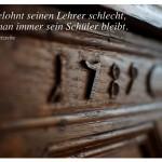 Alter Vertiko mit dem Zitat: Man belohnt seinen Lehrer schlecht, wenn man immer sein Schüler bleibt. Friedrich Nietzsche