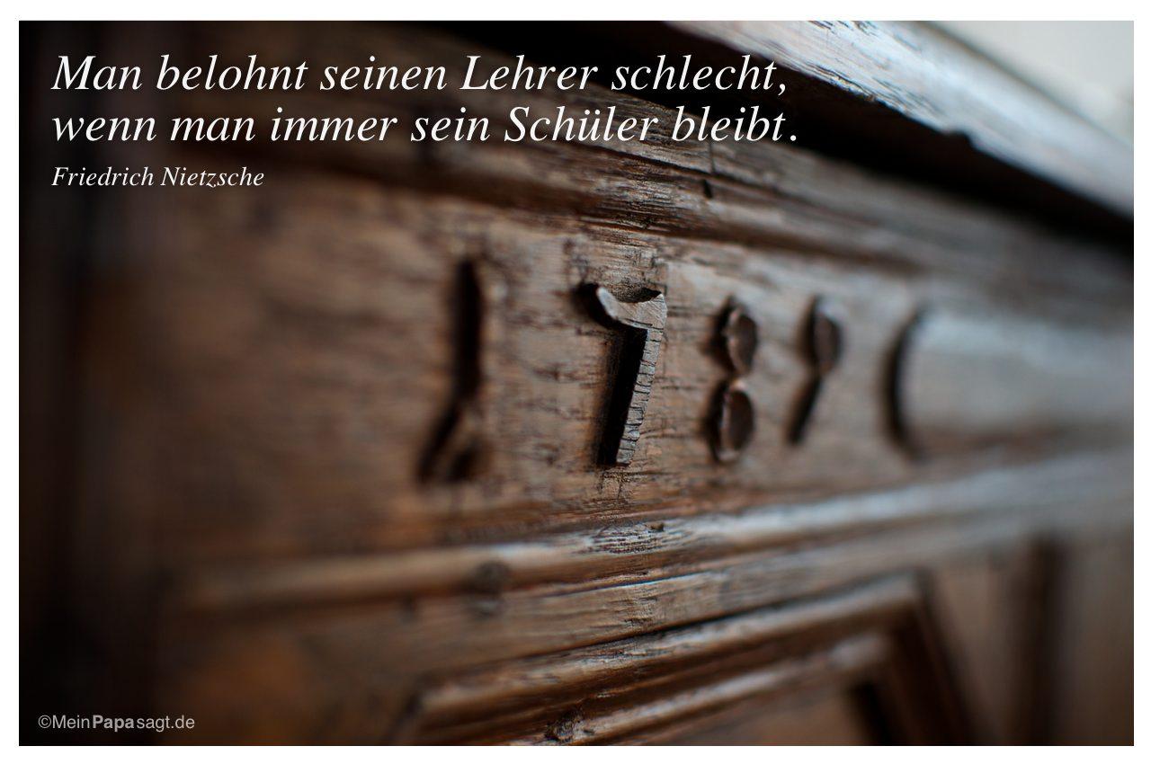 Alter Vertiko mit dem Friedrich Nietzsche Zitat: Man belohnt seinen Lehrer schlecht, wenn man immer sein Schüler bleibt. Friedrich Nietzsche
