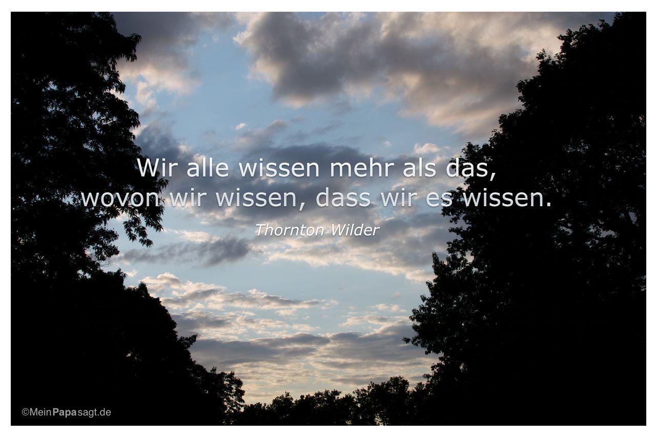 Abendhimmel mit dem Zitat: Wir alle wissen mehr als das, wovon wir wissen, dass wir es wissen. Thornton Wilder