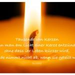 Kerze mit dem Zitat: Tausende von Kerzen kann man am Licht einer Kerze entzünden, ohne dass ihr Leben kürzer wird. Freude nimmt nicht ab, wenn sie geteilt wird. Buddha