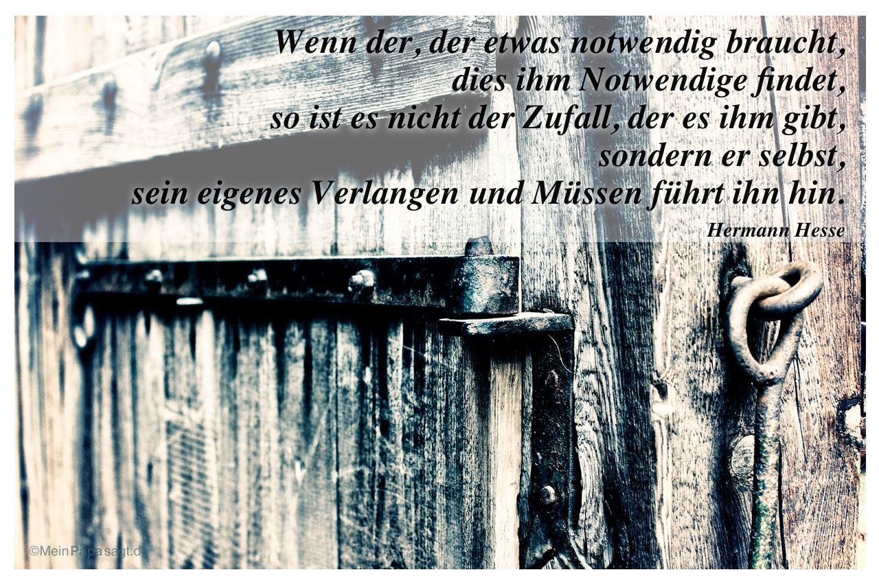 Altes Scheunentor mit dem Zitat: Wenn der, der etwas notwendig braucht, dies ihm Notwendige findet, so ist es nicht der Zufall, der es ihm gibt, sondern er selbst, sein eigenes Verlangen und Müssen führt ihn hin. Hermann Hesse