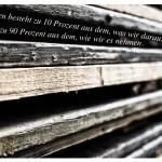 Holzbretter mit dem Zitat: Das Leben besteht zu 10 Prozent aus dem, was wir daraus machen und zu 90 Prozent aus dem, wie wir es nehmen. Irving Berlin