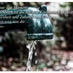 Alte Pumpe mit dem Zitat: Es gibt nur den Moment. Der Augenblick ist die höchste Form von Ewigkeit. Vergangenheit und Zukunft sind Umwege. Sie führen weg von dir. Robert Schneider