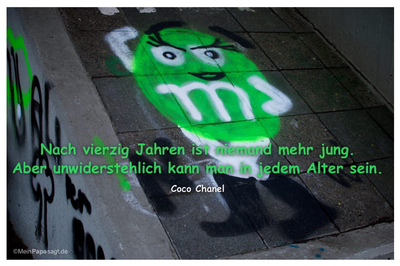Graffiti mit dem Coco Chanel Zitat: Nach vierzig Jahren ist niemand mehr jung. Aber unwiderstehlich kann man in jedem Alter sein. Coco Chanel