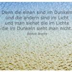 Glasscheibe mit dem Bertolt Brecht Zitat: Denn die einen sind im Dunkeln und die andern sind im Licht und man siehet die im Lichte die im Dunkeln sieht man nicht. Bertolt Brecht