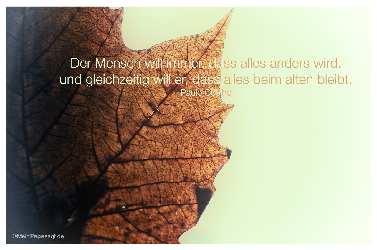 Herbstblatt mit dem Paulo Coelho Zitat: Der Mensch will immer, dass alles anders wird, und gleichzeitig will er, dass alles beim alten bleibt. Paulo Coelho