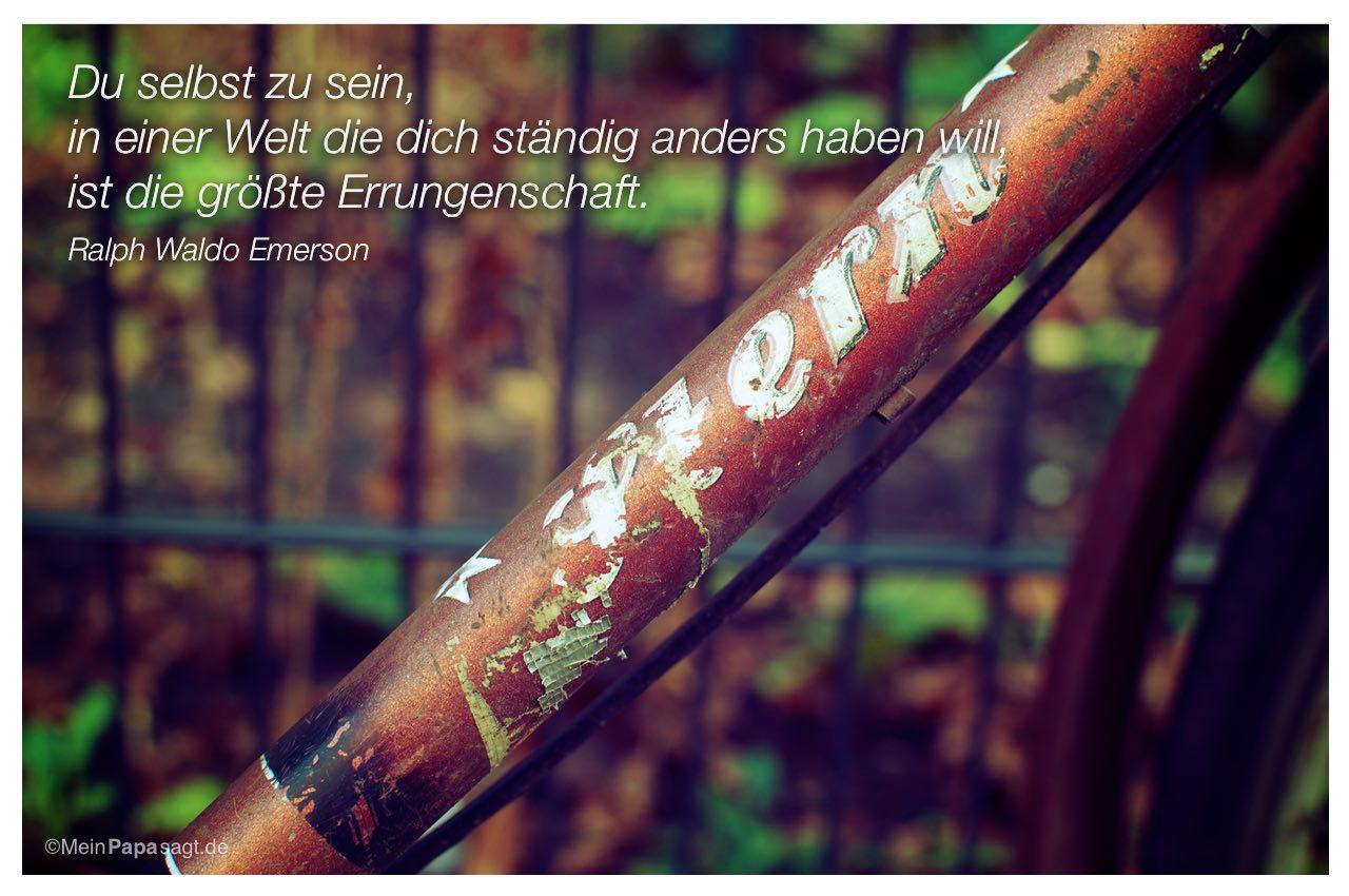 Altes Fahrrad mit dem Ralph Waldo Emerson Zitat: Du selbst zu sein, in einer Welt die dich ständig anders haben will, ist die größte Errungenschaft. Ralph Waldo Emerson