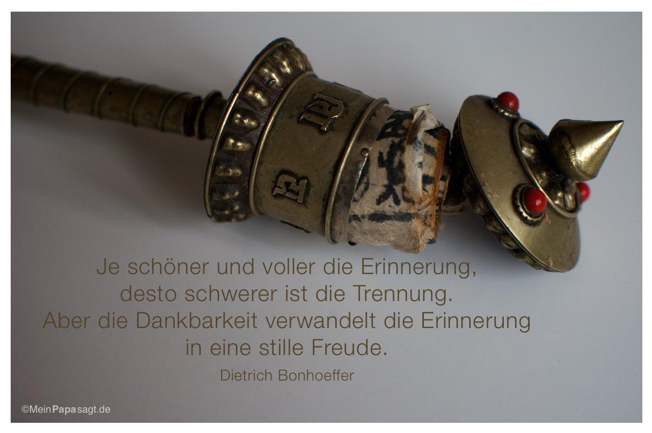 Gebetsmühle mit dem Dietrich Bonhoeffer Zitat: Je schöner und voller die Erinnerung, desto schwerer ist die Trennung. Aber die Dankbarkeit verwandelt die Erinnerung in eine stille Freude. Dietrich Bonhoeffer