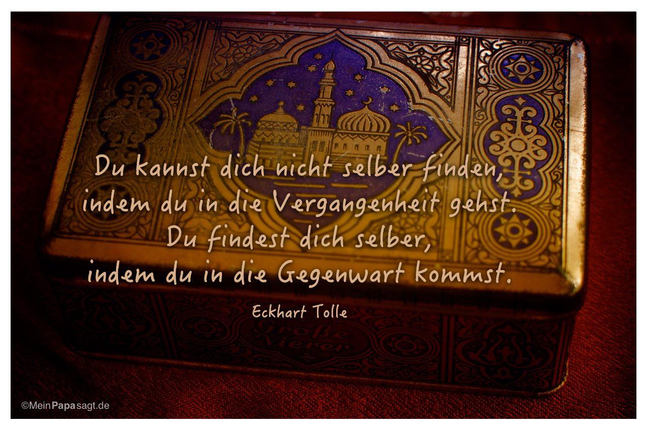 Alte Blechdose mit dem Eckhart Tolle Zitat: Du kannst dich nicht selber finden, indem du in die Vergangenheit gehst. Du findest dich selber, indem du in die Gegenwart kommst. Eckhart Tolle