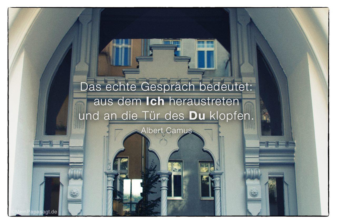 Alt Berliner Haustür mit dem Albert Camus Zitat: Das echte Gespräch bedeutet: aus dem Ich heraustreten und an die Tür des Du klopfen. Albert Camus