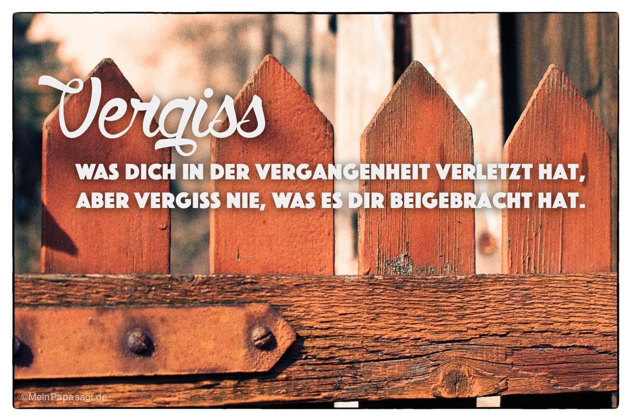 Gartentor mit dem Spruch: Vergiss was Dich in der Vergangenheit verletzt hat, aber vergiss nie, was es Dir beigebracht hat.