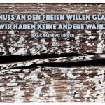 Holz mit dem Isaac Bashevis Singer Zitat: Man muss an den freien Willen glauben. Wir haben keine andere Wahl. Isaac Bashevis Singer