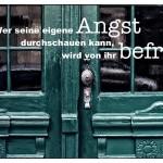 Alte Berliner Haustür mit dem Spruch: Wer seine eigene Angst durchschauen kann, wird von ihr befreit.