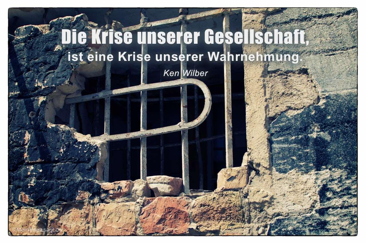 Vergittertes Lagerfenster mit dem Ken Wilber Zitat: Die Krise unserer Gesellschaft, ist eine Krise unserer Wahrnehmung. Ken Wilber