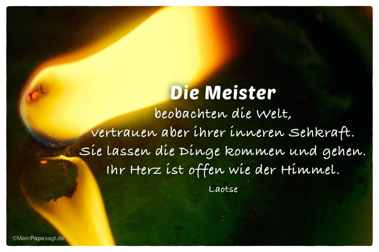 Kerze mit brennendem Docht und dem Laotse Zitat: Die Meister beobachten die Welt, vertrauen aber ihrer inneren Sehkraft. Sie lassen die Dinge kommen und gehen. Ihr Herz ist offen wie der Himmel. Laotse