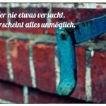 Mauerwerk mit Halter und dem Spruch: Wer nie etwas versucht, dem erscheint alles unmöglich.