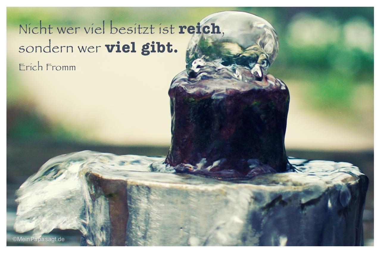 Brunnen mit dem Erich Fromm Zitat: Nicht wer viel besitzt ist reich, sondern wer viel gibt. Erich Fromm