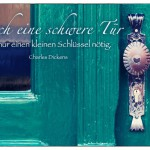 Alte Berliner Haustür mit dem Charles Dickens Zitat: Auch eine schwere Tür hat nur einen kleinen Schlüssel nötig. Charles Dickens