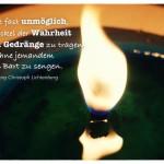 Kerze mit dem Georg Christoph Lichtenberg Zitat: Es ist fast unmöglich, die Fackel der Wahrheit durch das Gedränge zu tragen, ohne jemandem den Bart zu sengen. Georg Christoph Lichtenberg