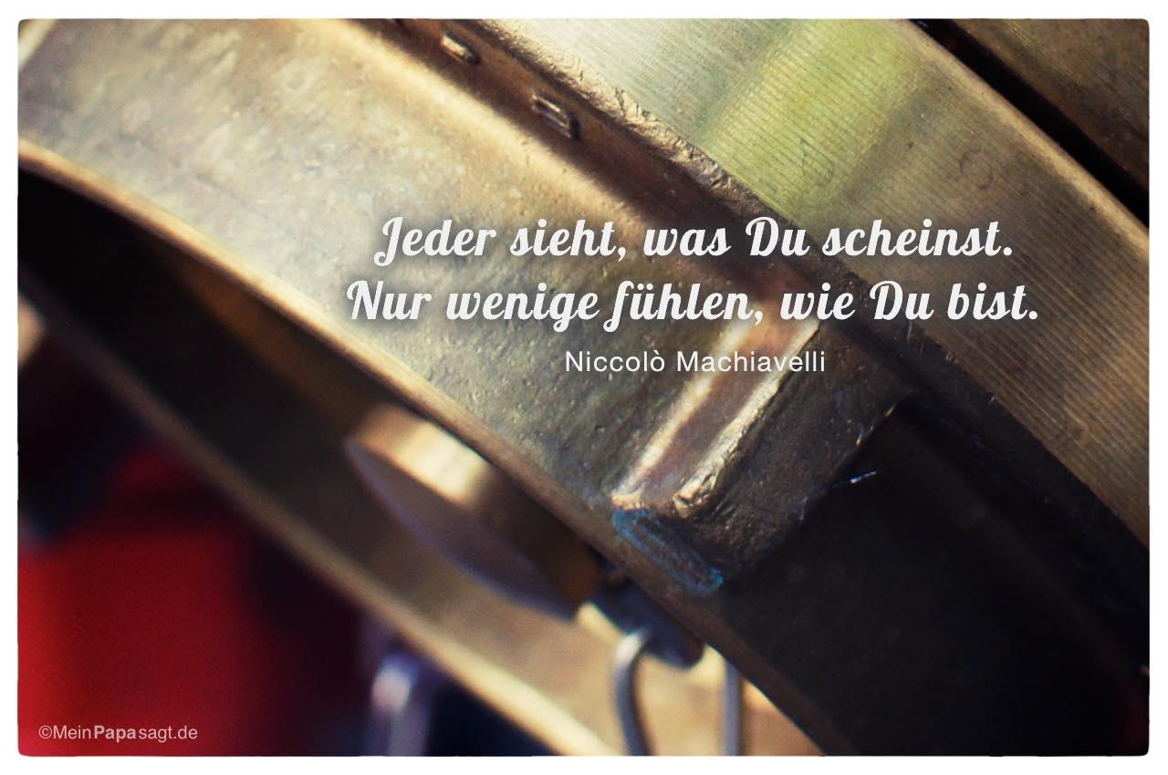 Hydrant mit dem Niccolò Machiavelli Zitat: Jeder sieht, was Du scheinst. Nur wenige fühlen, wie Du bist. Niccolò Machiavelli