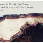 Stein mit dem Benjamin Franklin Zitat: Zufriedenheit ist der Stein der Weisen, der alles in Gold verwandelt, das er berührt. Benjamin Franklin