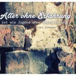 Altes Mauerwerk mit dem Carl Zuckmayer Zitat: Alter ohne Erfahrung ist wie Jugend ohne Begeisterung. Carl Zuckmayer