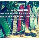 Graffiti Kinder mit dem Søren Kierkegaard Zitat: In den Kindern erlebt man sein eigenes Leben noch einmal, und erst jetzt versteht man es ganz. Søren Kierkegaard
