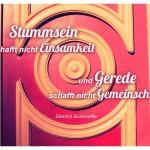 Alte Berliner Eingangstür mit dem Dietrich Bonhoeffer Zitat: Stummsein schafft nicht Einsamkeit und Gerede schafft nicht Gemeinschaft. Dietrich Bonhoeffer