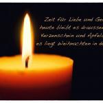 Kerze mit dem Weihnachtsspruch: Zeit für Liebe und Gefühl, heute bleibt es draussen kühl. Kerzenschein und Apfelduft - es liegt Weihnachten in der Luft.