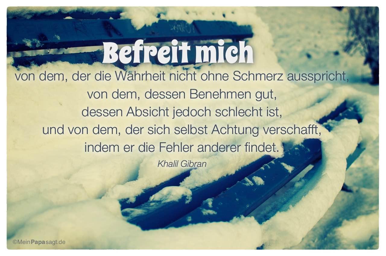 Verschneite Parkbank mit dem Khalil Gibran Zitat: Befreit mich von dem, der die Wahrheit nicht ohne Schmerz ausspricht, von dem, dessen Benehmen gut, dessen Absicht jedoch schlecht ist, und von dem, der sich selbst Achtung verschafft, indem er die Fehler anderer findet. Khalil Gibran