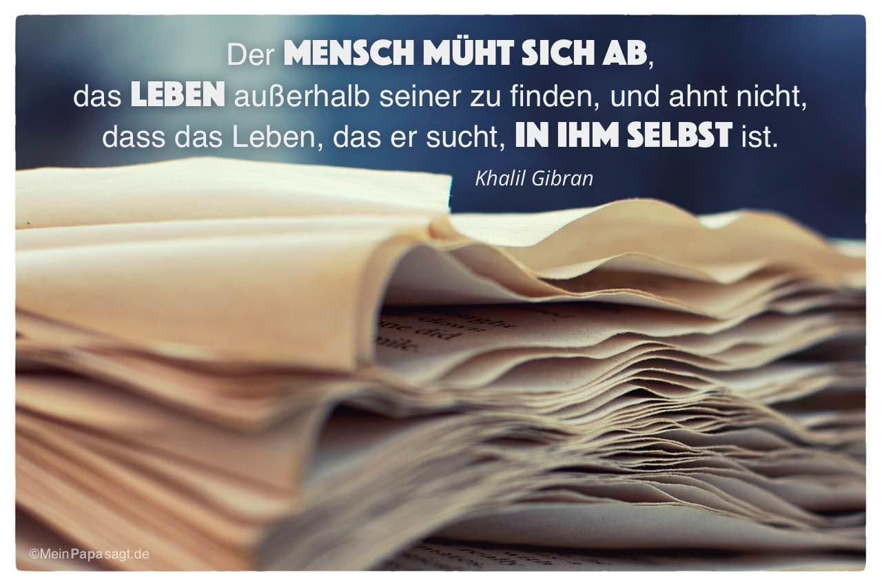 Altes Buch mit dem Khalil Gibran Zitat: Der Mensch müht sich ab, das Leben außerhalb seiner zu finden, und ahnt nicht, dass das Leben,das er sucht, in ihm selbst ist. Khalil Gibran