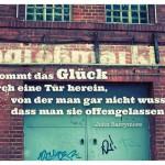 Tür eines Alt-Berliner Großmarkt mit dem John Barrymore Zitat: Oft kommt das Glück durch eine Tür herein, von der man gar nicht wusste, dass man sie offengelassen hatte. John Barrymore